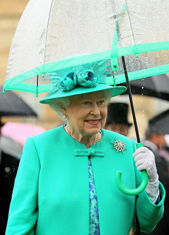 Высший свет. Галерея - Страница 15 Queen-elizabeth-outfit-matching-umbrellas1-5b8ce03c4f423__700