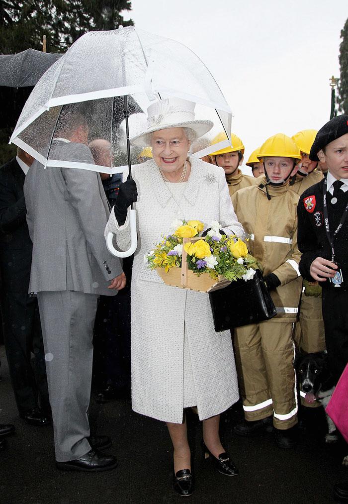 Высший свет. Галерея - Страница 15 Queen-elizabeth-outfit-matching-umbrellas10-5b8ce0524784f__700