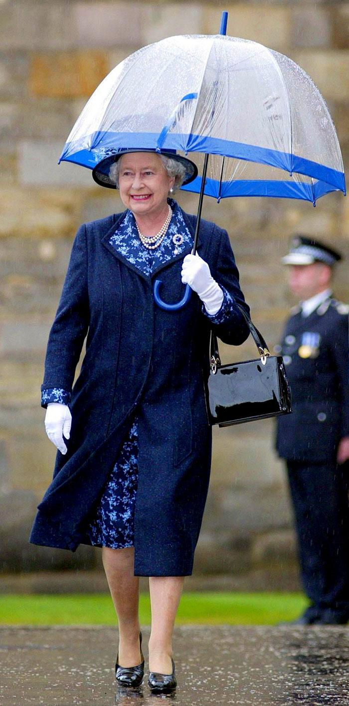 Высший свет. Галерея - Страница 15 Queen-elizabeth-outfit-matching-umbrellas12-5b8ce056b62e4__700