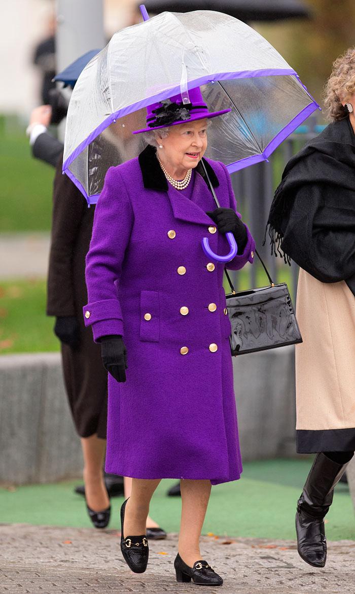Высший свет. Галерея - Страница 15 Queen-elizabeth-outfit-matching-umbrellas13-5b8ce059b02b9__700