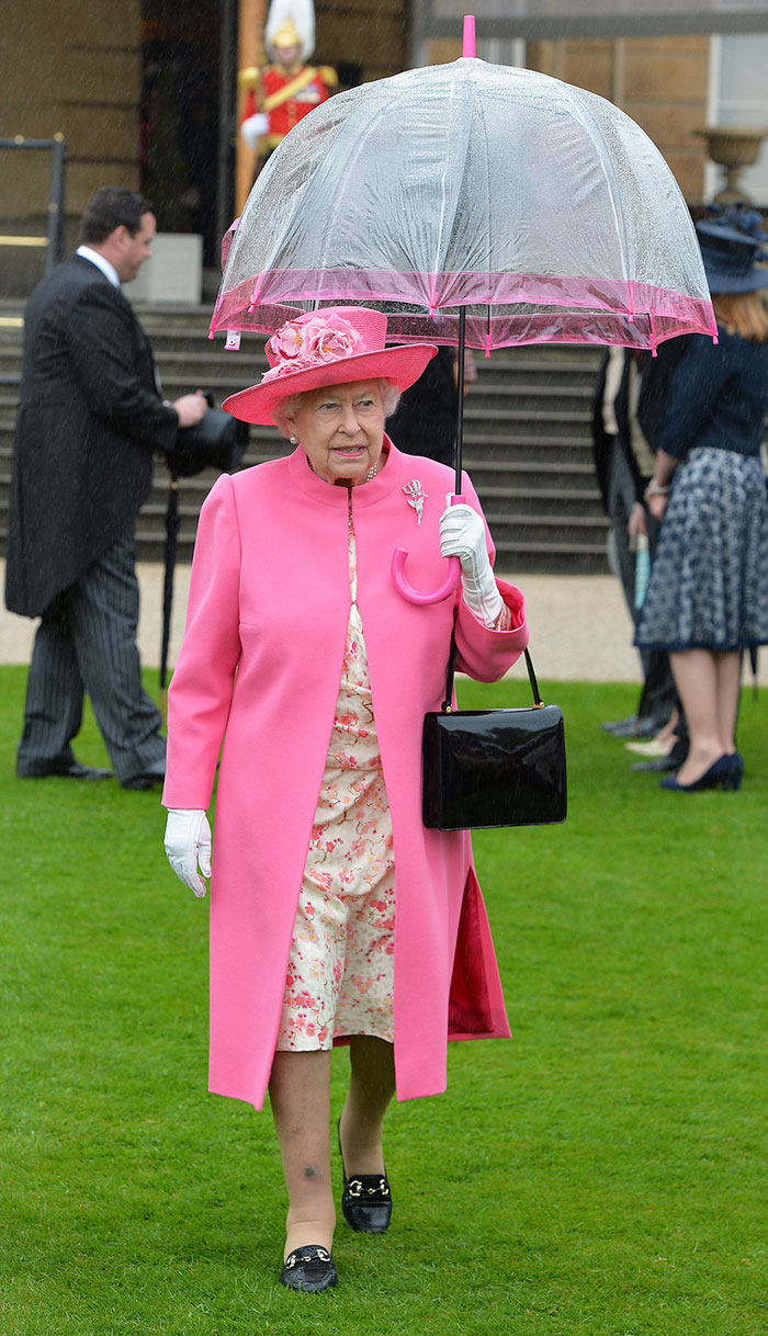 Высший свет. Галерея - Страница 15 Queen-elizabeth-outfit-matching-umbrellas2-5b8ce03eb7d3e__700