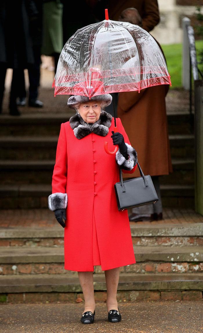 Высший свет. Галерея - Страница 15 Queen-elizabeth-outfit-matching-umbrellas3-5b8ce040eec1c__700