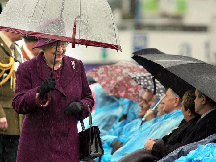 Высший свет. Галерея - Страница 15 Queen-elizabeth-outfit-matching-umbrellas5-5b8ce04635ce9__700