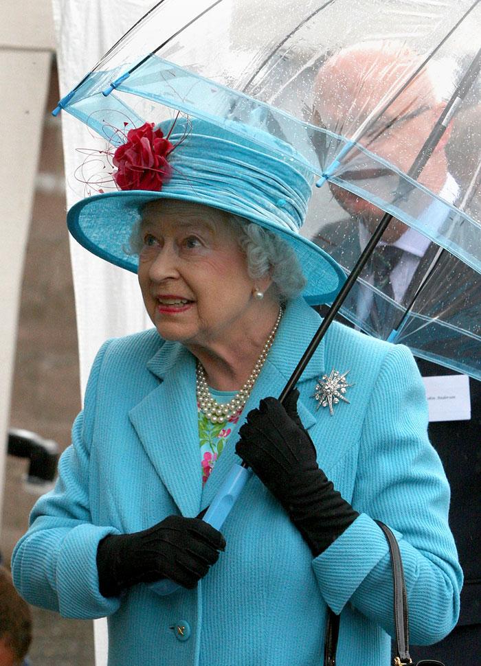Высший свет. Галерея - Страница 15 Queen-elizabeth-outfit-matching-umbrellas6-5b8ce04875da7__700
