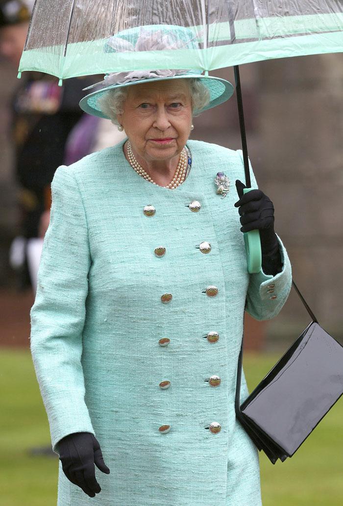 Высший свет. Галерея - Страница 15 Queen-elizabeth-outfit-matching-umbrellas8-5b8ce04ca3c01__700