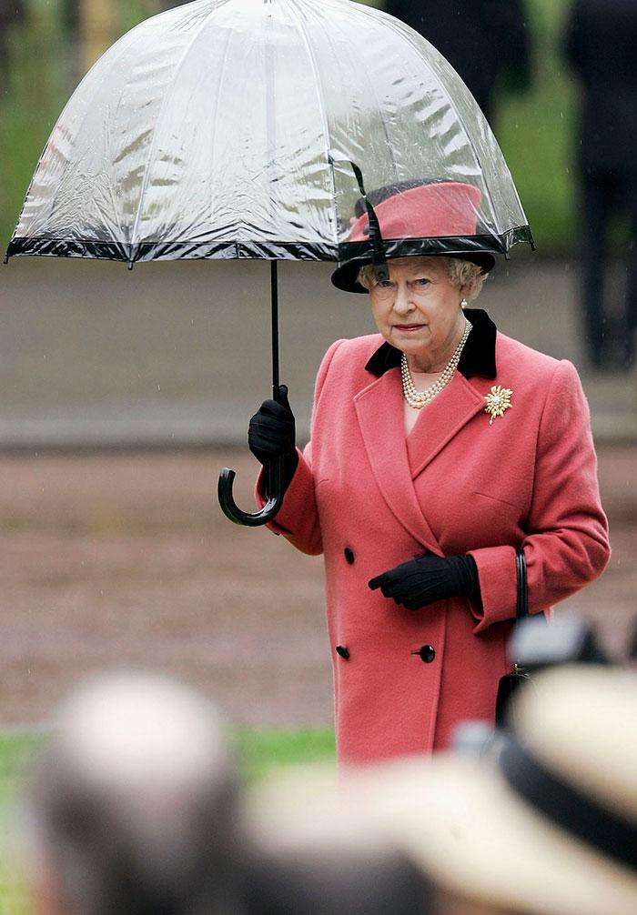 Высший свет. Галерея - Страница 15 Queen-elizabeth-outfit-matching-umbrellas9-5b8ce04e8c58f__700