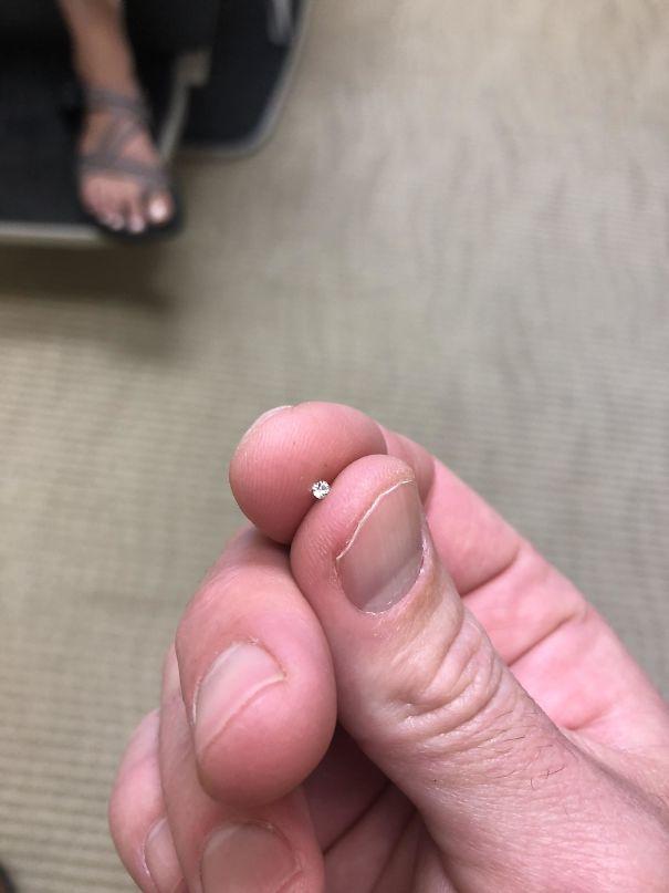 מצאתי יהלום על הרצפה של מרפאת ניתוחים פלסטיים של האישה שלי