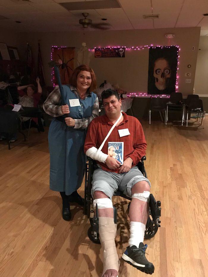El novio de mi madre se rompió un pie, así que lo usaron como parte del disfraz