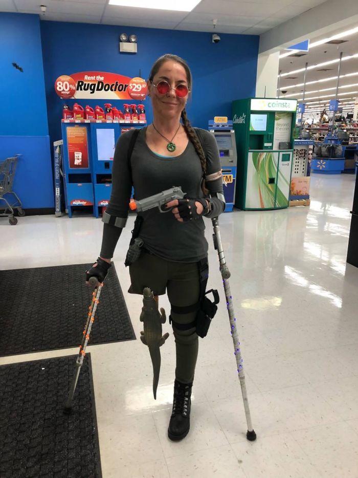 Mi esposa se ha disfrazado de Lara Croft. Como le falta una pierna, ha tenido que improvisar