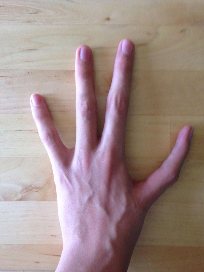 Solo tengo 4 dedos en la mano izquierda, y un índice en vez de pulgar