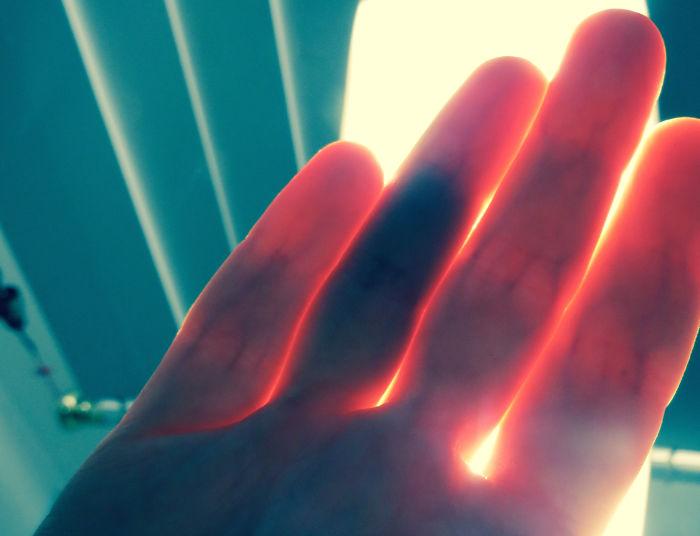 Veo las contusiones internas de mis dedos si los pongo a la luz