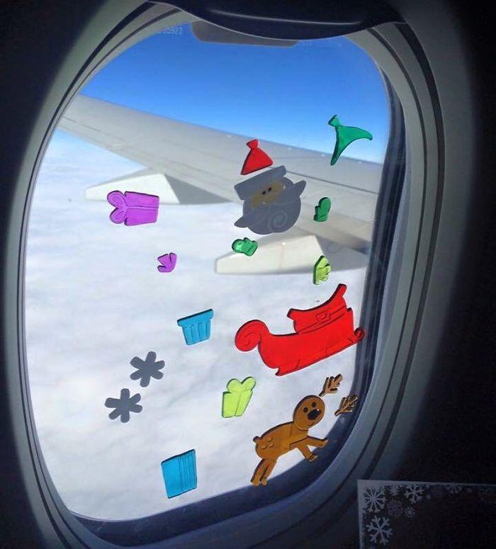 Mi hijo pequeño pasó más de media hora entretenido con estos adhesivos para ventanas en el avión. Divertidos, baratos y no ocupan espacio