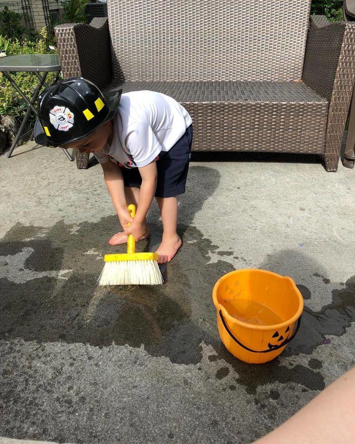 Pintando el suelo del cuartel de bomberos