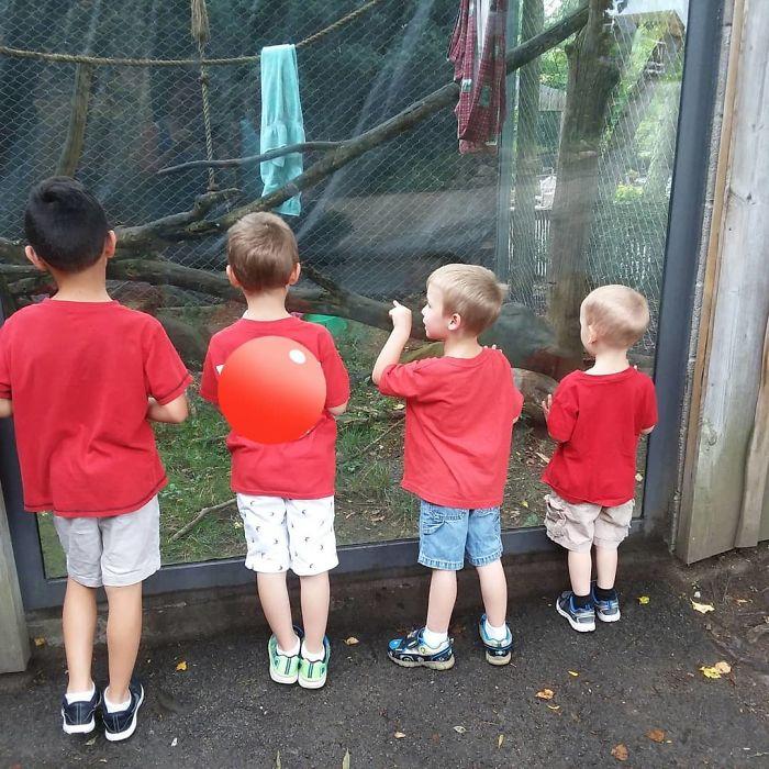 Cuando salgáis, viste a tus hijos del mismo color, será más fácil verlos entre toda la gente