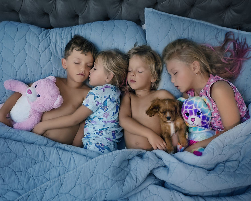 "Photographer Is Nicknamed ""Sleep Fairy"" After She Posed 4 Kids And A Puppy In Their Sleep For A Heartwarming Photo"