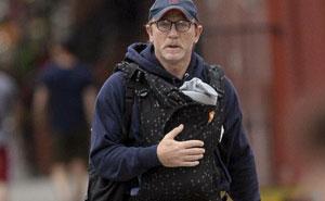 """Este periodista se burló de """"James Bond"""" por llevar a su bebé, hasta que el """"Capitán América"""" le calló la boca"""