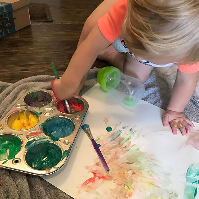 Yogur + colorante alimentario = pueden pintar y no pasa nada si se lo llevan a la boca