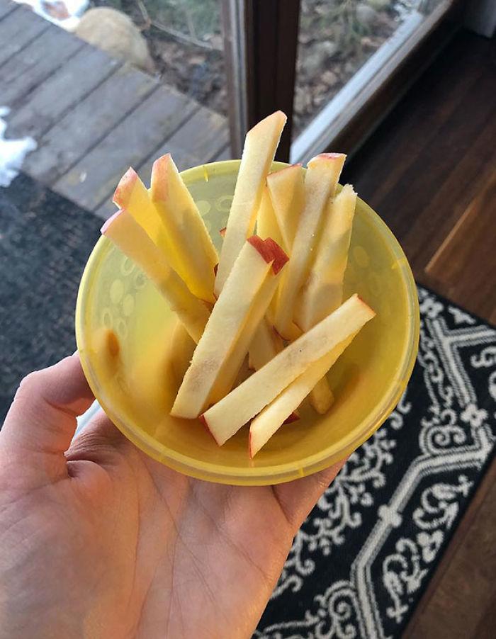 Cuando tu hijo no quiera comer manzana, córtalas así y dile que has hecho patatas fritas de manzana