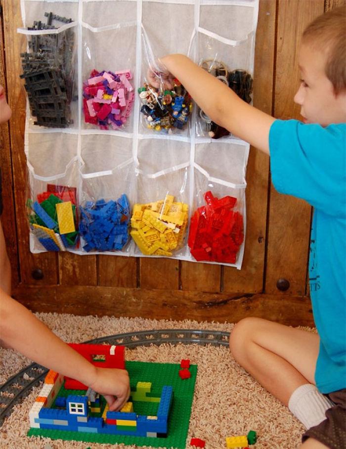 Usa una bolsa de almacenar zapatos para organizar las piezas de Lego u otras por colores