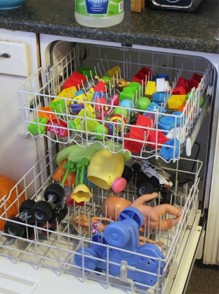 Puedes lavar los juguetes de plástico no electrónicos en el lavaplatos
