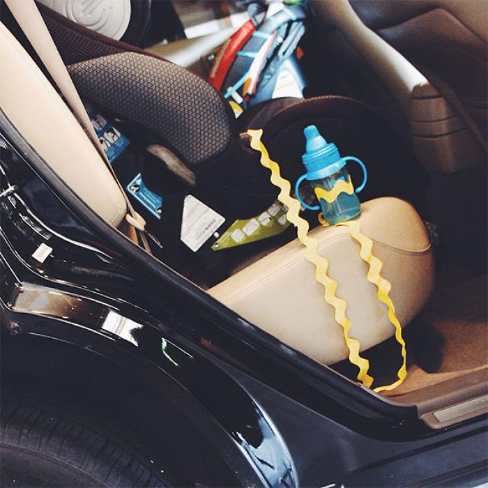 Ata una taza para bebés al asiento del coche. Así no tienes que girarte a recogerlo cada vez que tu hijo la tira