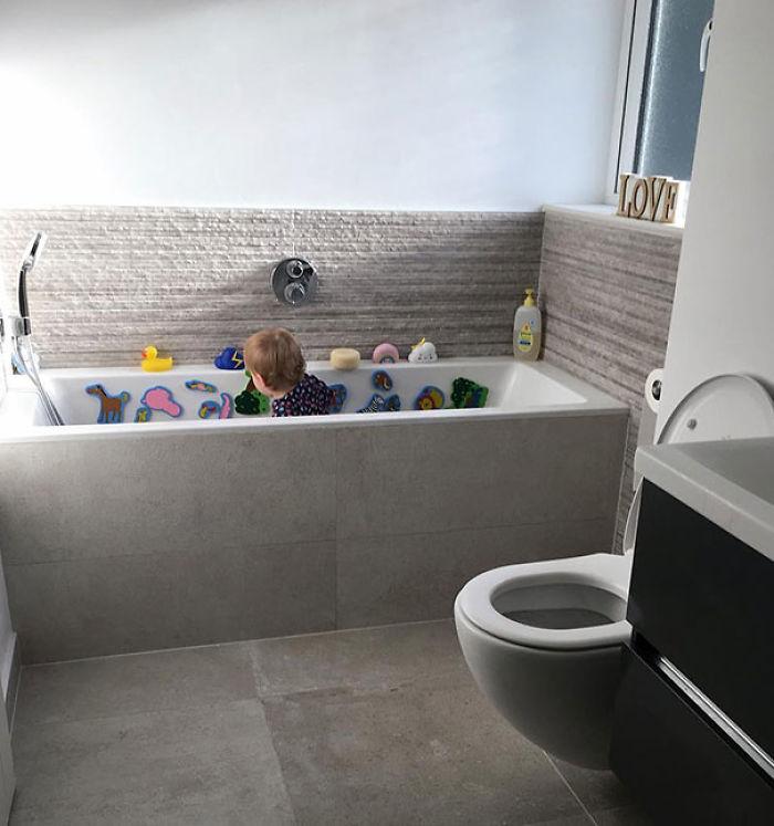 Si tienes ducha y bañera, puedes meter al niño en la bañera (sin agua) para que juegue mientras te duchas