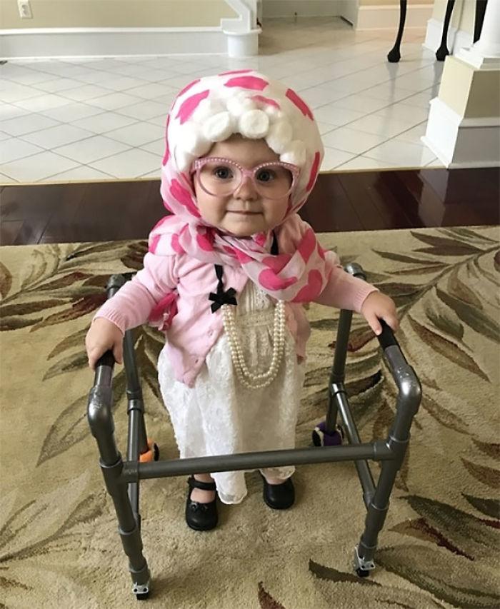 Nuestra hija disfrazada de abuela, con peluca hecha en casa, y un andador que le ha hecho papá
