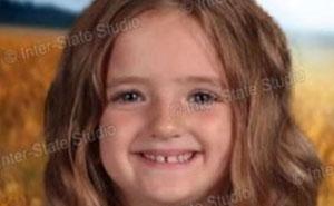 Esta niña decidió vestirse ella misma para las fotos del colegio, pero olvidó que usan una pantalla verde
