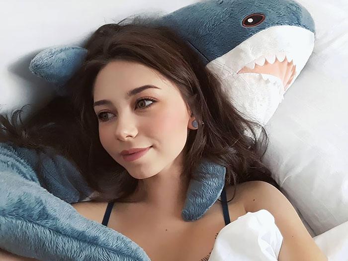 10+ Fotos que demuestran que este tiburón de peluche de IKEA se ha vuelto una obsesión