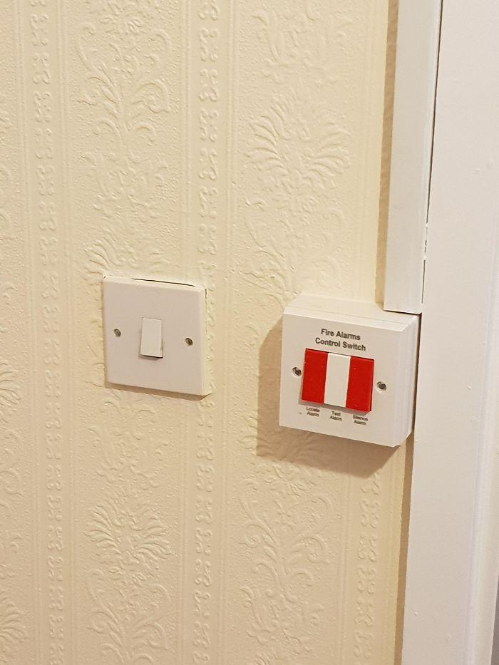 Poner el interruptor de la luz junto al de control de la alarma de incendios en un hogar para mayores