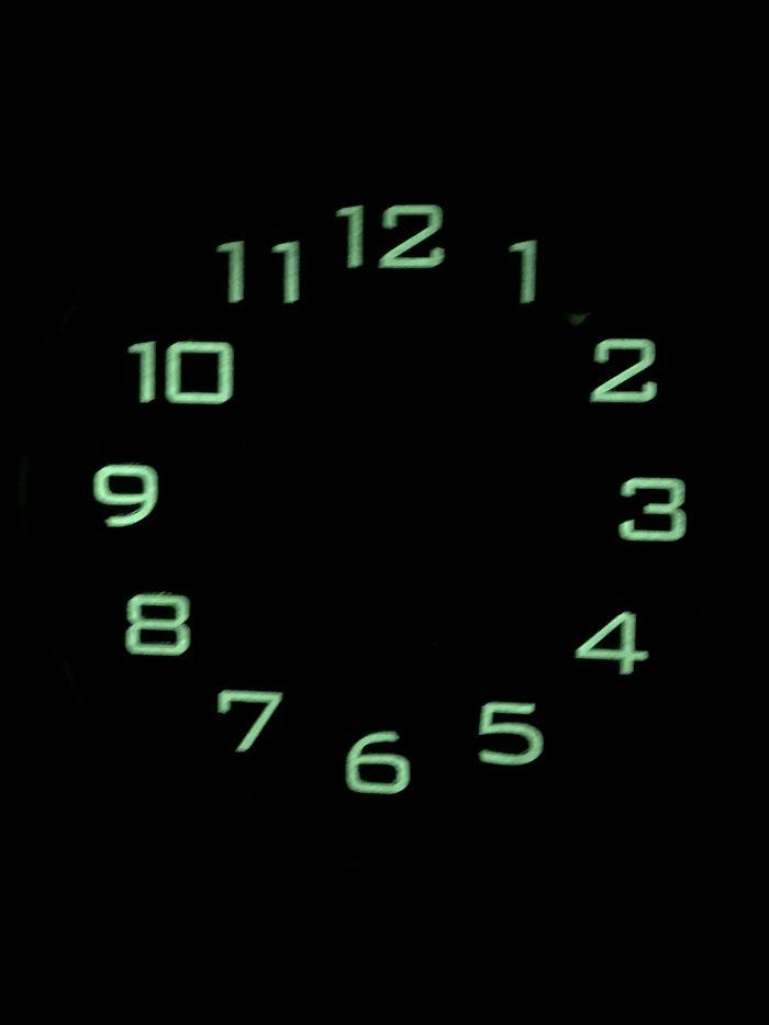 Las manillas del reloj no brillan