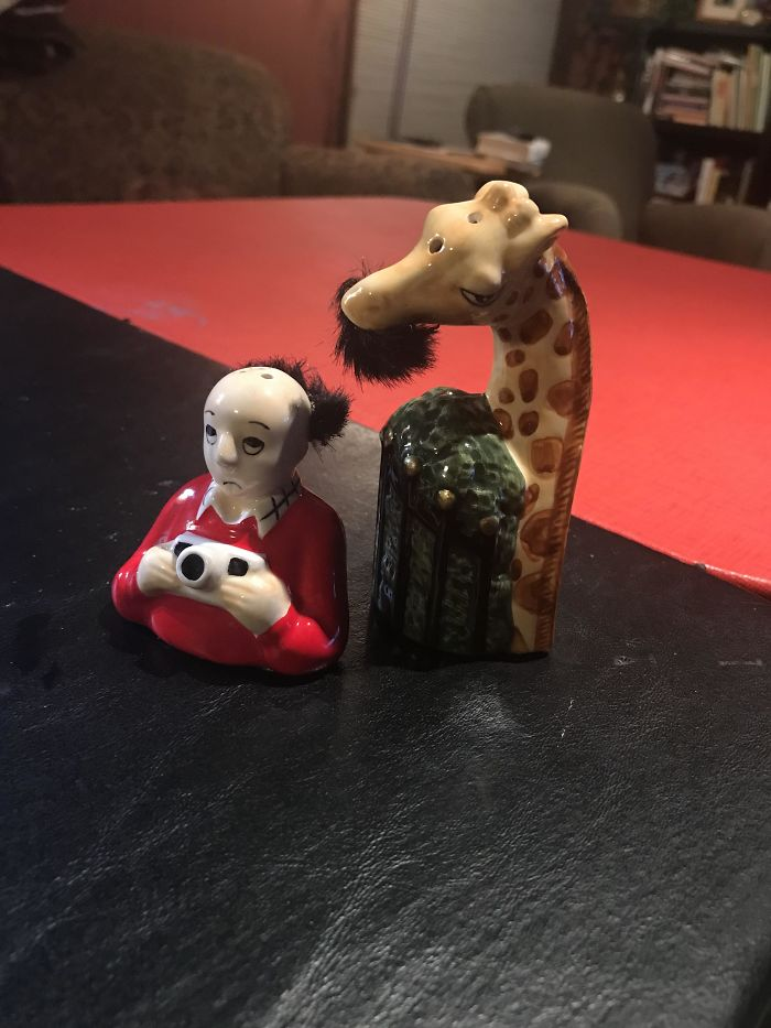 Found These Weird Ass Salt And Pepper Shakers. A Giraffe Eating A Tourist's Toupee