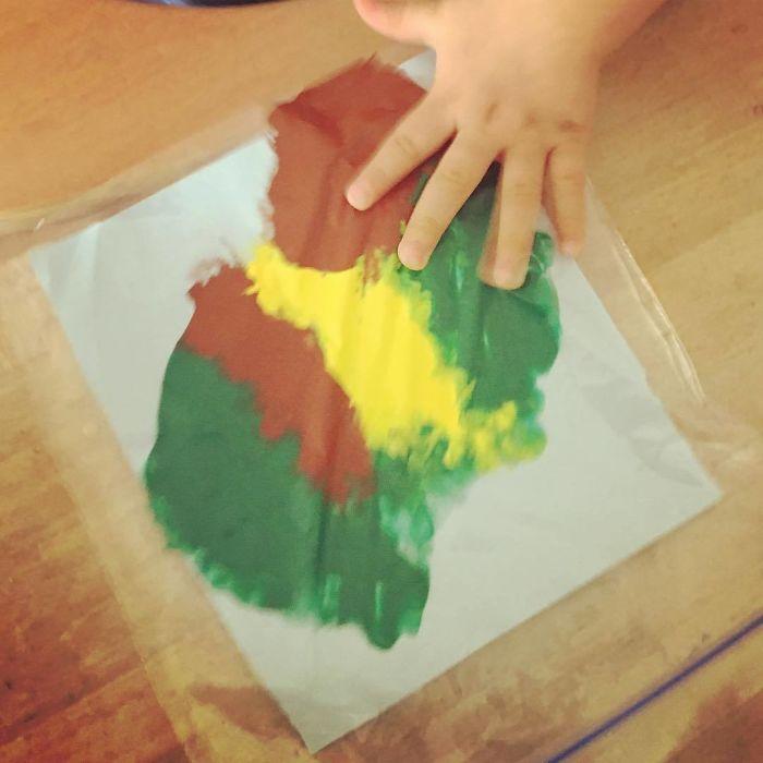 """Pon papel en una bolsa hermética con un poco de pintura, y así tu hijo puede """"pintar"""" sin pringarlo todo"""