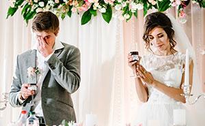 Esta mujer recibió imágenes de los cuernos de su prometido justo antes de la boda, y leyó los mensajes en alto en vez de los votos