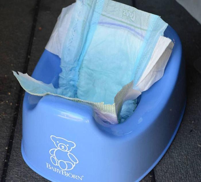 Guarda en tu coche un orinal y unos cuantos pañales. Si el niño necesita ir al baño cuando no hay ninguno, abre un pañal y pongo en el orinal, luego cuando acabe lo cierras y listo