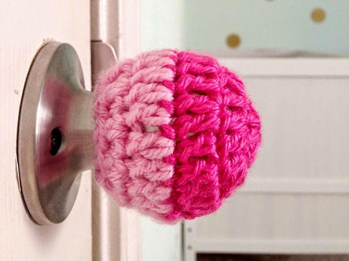 Teje esta funda para picaportes a prueba de niños para evitar que se encierren o que entren en ciertas habitaciones