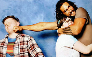 The Way Jason Momoa Is Trolling Guys When Couples Ask A Photo With Him Is Hilarious (10+ Pics)