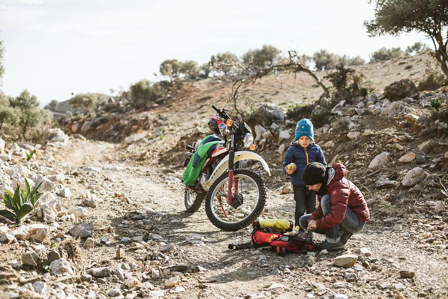 Gokil, Keluarga Kecil Ini Traveling Dari Australia Hingga Eropa Dengan Truk Bekas