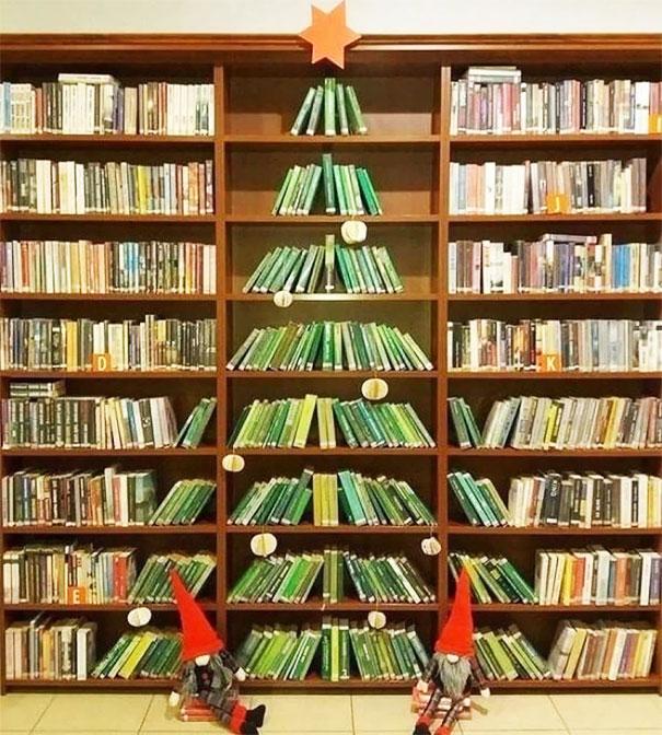 Pohon Natal di sebuah perpustakaan