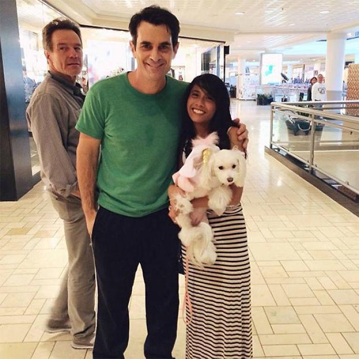 Fan Takes Photo With Modern Family di Ty Burrell, Epic Photobomb di Bryan Cranston