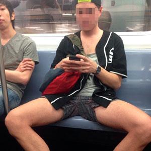 Este hombre se enfrenta a las campañas anti-manspreading por su hipocresía