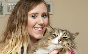 Tras 14 meses desaparecido, esta dueña encontró a su gato el doble de enorme porque estuvo viviendo en una fábrica de comida para mascotas