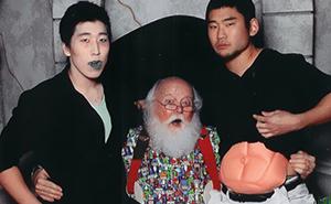 Zwei Kerle machen seit 12 Jahren Fotos mit dem gleichen Weihnachtsmann und irgendwie altern sie nicht