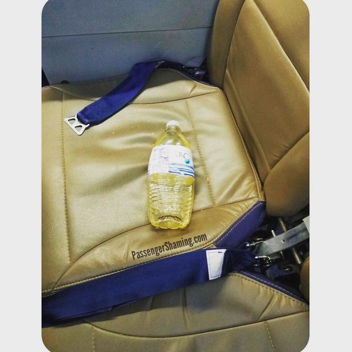 Foto-foto Kelakuan Para Penumpang Pesawat Yang Bakalan Bikin Ente Geleng-geleng