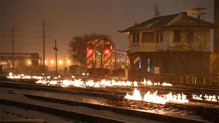 Han prendido fuego a las vías del tren para calentarlas