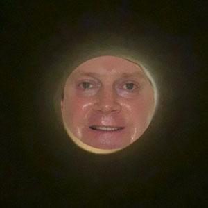 Si te haces un selfie a través de un rollo de papel higiénico, parecerás la Luna, y las fotos tienen su gracia