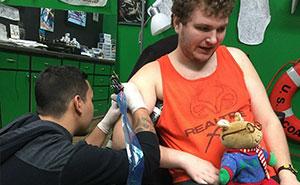 Este hombre autista al fin consiguió el tatuaje de sus sueños después de que se negaran a tatuarle en varias tiendas