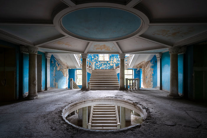 20 Photos Show Decaying Buildings Of Ex-Soviet Spa Resort