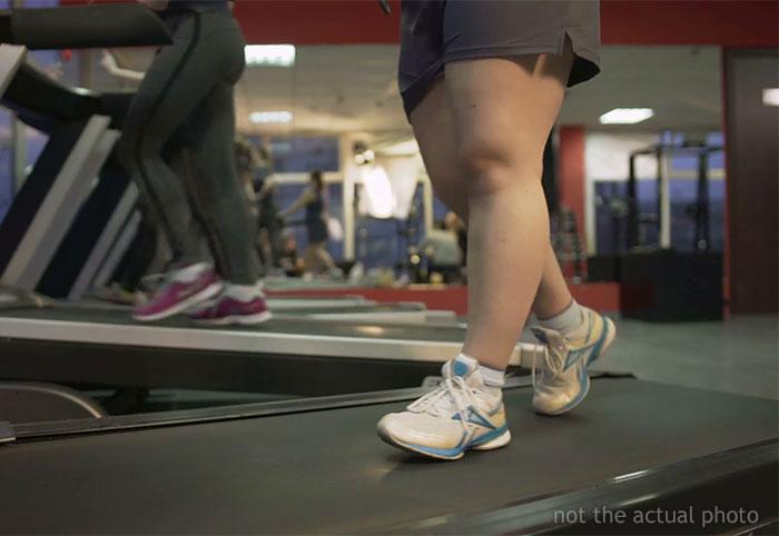 Unos abusones se burlaron y grabaron a una mujer que intentaba perder peso en el gimnasio, pero este desconocido la ayudó