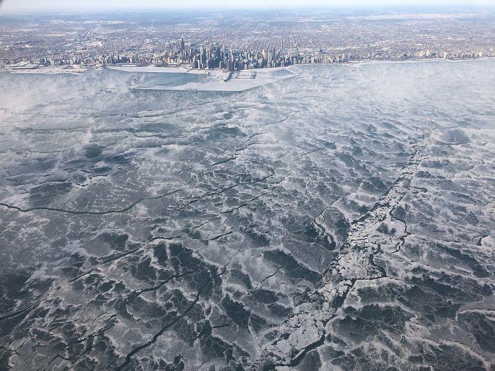 Uno de los pocos vuelos a Chicago de esta mañana. El lago Michigan helado